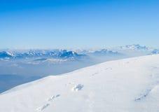 De winterlandschap, sneeuw op bergenmening Stock Afbeeldingen