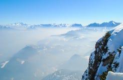 De winterlandschap, sneeuw op bergenmening Royalty-vrije Stock Foto's