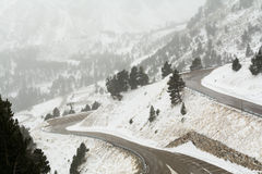 De winterlandschap van berg windende weg in de Pyreneeën Stock Afbeelding