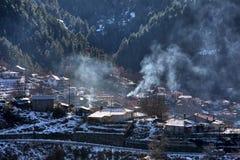 De winterlandschap van de bergketen van Pindos en de villa Stock Foto