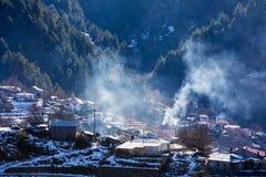 De winterlandschap van de bergketen van Pindos en de villa Stock Afbeelding