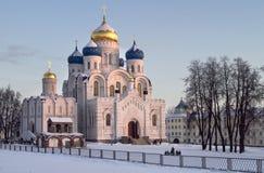De winterlandschap van de avond met kerk. Royalty-vrije Stock Afbeelding