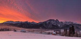 De winterlandschap van de Bergen van Polen Tatra & Giewont-Piek Mening bij Beroemdste Poolse Ski Resort Zakopane From The-Bovenka Stock Afbeelding