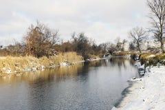 De winterlandschap van de rivierwinter Royalty-vrije Stock Afbeeldingen