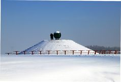 De winterlandschap van de Dnipro-stadswaterkant, straten en een piramide die met sneeuw wordt behandeld Dnepropetrovsk, de Oekraï royalty-vrije stock afbeelding
