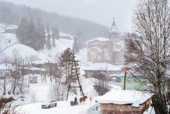 De winterlandschap van het Ural-dorp Kyn, Rusland stock foto