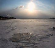 De winterlandschap van snow-covered gebieden, bomen en rivier in de vroege nevelige ochtend Royalty-vrije Stock Afbeeldingen