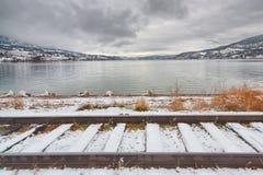 De winterlandschap van Treinsporen voor Meer Stock Foto
