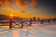 De winterlandschap van zonsondergang in poetsmiddel beskid bergen Royalty-vrije Stock Afbeeldingen