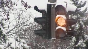 De wintermanier met verkeerslichten stock video