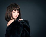 De wintermanier Schoonheidsmannequin Girl in Mink Fur Coat Mooie Vrouw in Jasje van het Luxe het Zwarte Bont Stock Afbeelding