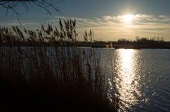 De wintermeer bij Zonsondergang Stock Foto's