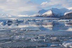 De wintermeer van de Jakulsalonlagune met berg en bezinning Royalty-vrije Stock Foto