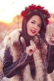 De wintermeisje met bloemen stock afbeelding