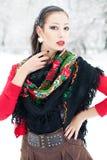De wintermeisje in rode cardigan met Russische hoofddoek Stock Afbeeldingen