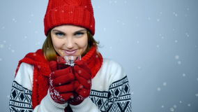 De wintermeisje in rode warme gebreide hoed en sjaalholdingskop thee stock footage