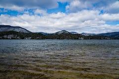 De wintermening van Carvin Cove Reservoir en de Dichtbegroeide Berg stock fotografie