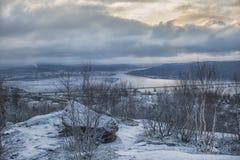 De wintermening van de bergen aan het overzees, de brug en de stad Stock Foto's