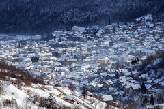 De wintermening van de middeleeuwse stad van Brasov stock afbeelding