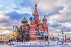 De wintermening van de St Basilicum` s Kathedraal in Moskou royalty-vrije stock afbeeldingen