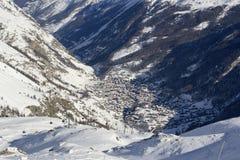 De wintermening van de vallei en de stad van Zermatt Royalty-vrije Stock Foto