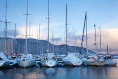 De wintermening van een jachthaven in Trondheim Stock Afbeeldingen