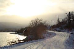 De wintermening van een sneeuw gevaarlijke weg in Noorwegen stock fotografie