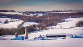De wintermening van landbouwbedrijven en rollende heuvels in de landelijke Provincie van York, Pen stock fotografie