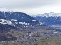 De wintermening van de mooie vallei van Vinschgau Zuidelijk Tirol Sneeuw bij bovenkanten van bergen In de vallei van het dorp en  Royalty-vrije Stock Fotografie