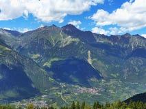 De wintermening van de mooie vallei van Vinschgau Zuidelijk Tirol Sneeuw bij bovenkanten van bergen In de vallei van het dorp en  Stock Afbeeldingen