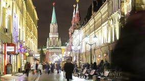 De wintermening van Nikolskaya-straat timelapse binnen stock videobeelden