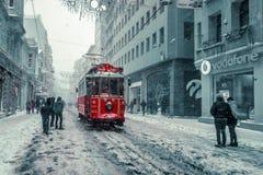 De wintermening van nostalgische rode Tram en mensen in het dagelijkse leven Stock Afbeelding