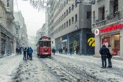 De wintermening van nostalgische rode Tram en mensen in het dagelijkse leven Royalty-vrije Stock Fotografie