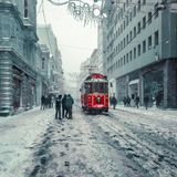 De wintermening van nostalgische rode Tram en mensen in het dagelijkse leven Royalty-vrije Stock Foto