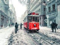De wintermening van nostalgische rode Tram en mensen in het dagelijkse leven Royalty-vrije Stock Foto's