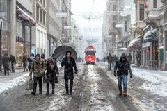 De wintermening van nostalgische rode Tram en mensen in het dagelijkse leven Stock Foto's