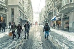 De wintermening van nostalgische rode Tram en mensen in het dagelijkse leven Royalty-vrije Stock Afbeeldingen