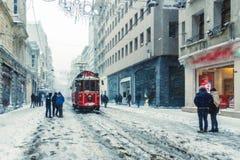 De wintermening van nostalgische rode Tram en mensen in het dagelijkse leven royalty-vrije stock afbeelding