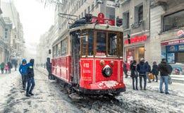 De wintermening van nostalgische rode Tram en mensen in het dagelijkse leven stock fotografie