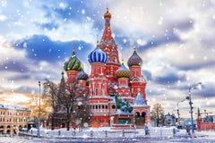 De wintermening van de St Basilicum` s Kathedraal in Moskou stock afbeeldingen