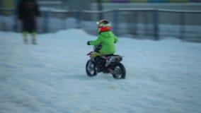 De wintermotocross van kinderen` s sporten stock video