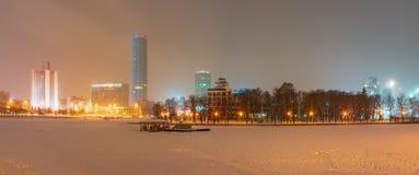 De winternacht op de banken van de vijver in het stadscentrum royalty-vrije stock afbeelding