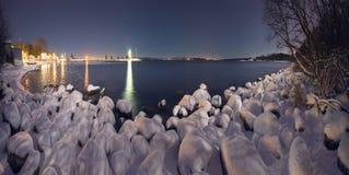 De winternacht op de oceaan royalty-vrije stock fotografie
