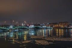 De winternacht in de stad Stock Afbeelding