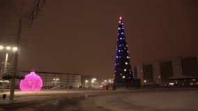 De winternacht in de stad van Vitebsk stock footage