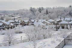 De winterochtend in de kleine stad Stock Afbeelding