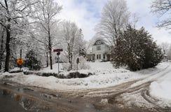 De winterochtend in de kleine stad Stock Foto