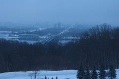 De winterochtend in Kyiv Mening aan de stad op de rivier van linkeroeverdnipro De huizen verbergen in de mist Stock Afbeelding