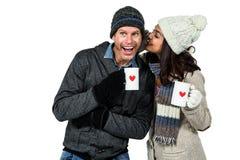 De winterpaar die van hete dranken genieten Stock Afbeeldingen