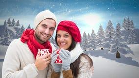 De winterpaar het drinken koppen naast de sneeuw van de Kerstmiswinter stock videobeelden